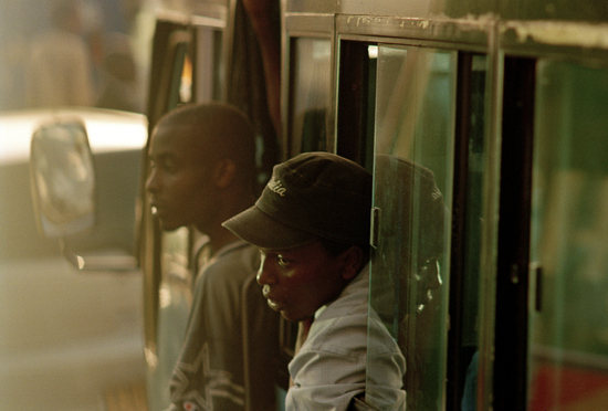 Bus_nairobi_men_traffic