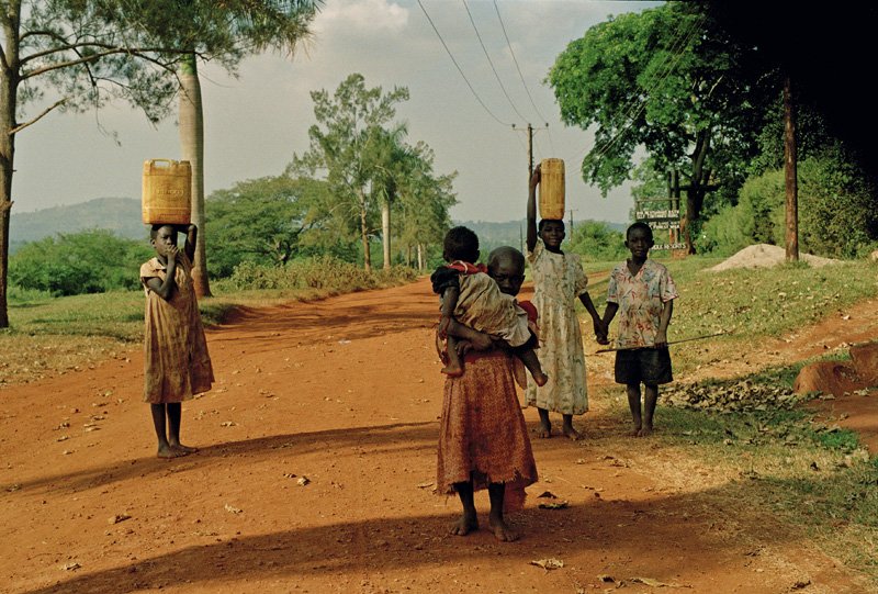 Children in Jinja carrying fresh water back home to the village. Photo © Mikkel Grabowski