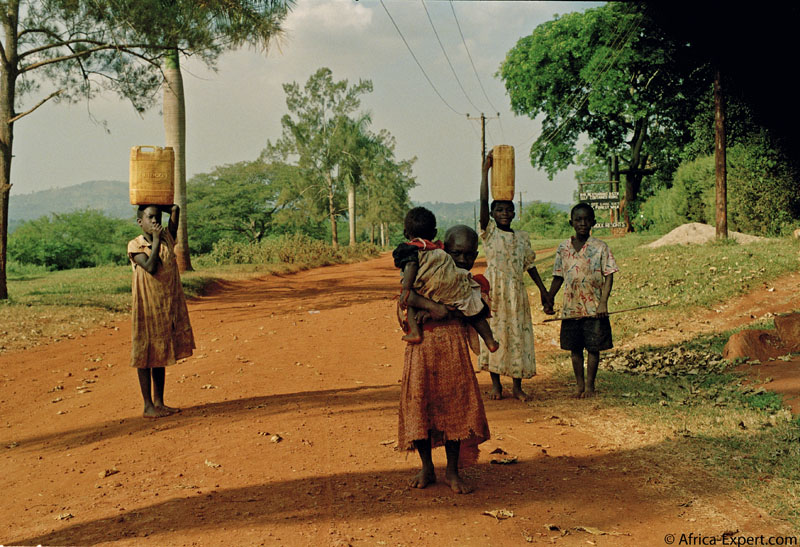 children fetching water from the river Nile in jinja, Uganda. Photo © Mikkel Grabowski